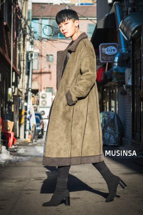 Street style ngày cuối năm của giới trẻ Hàn tràn ngập áo khoác dáng dài và những item đơn giản