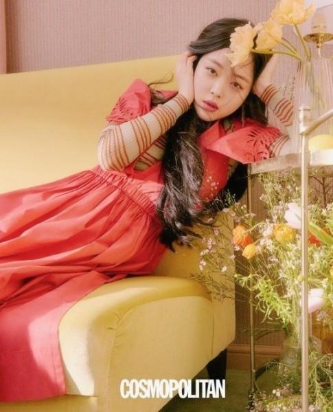 Sulli trở lại với mái tóc dài cùng Wanna One và Black Pink chiếm sóng trên các tạp chí hàng đầu Hàn Quốc