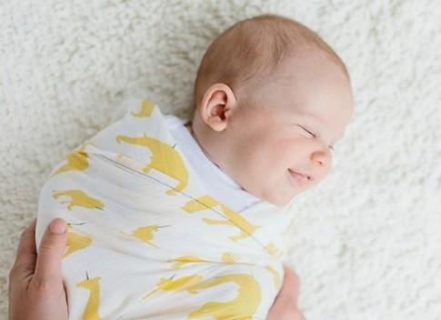 Tác hại của việc quấn khăn cho trẻ sơ sinh sai cách
