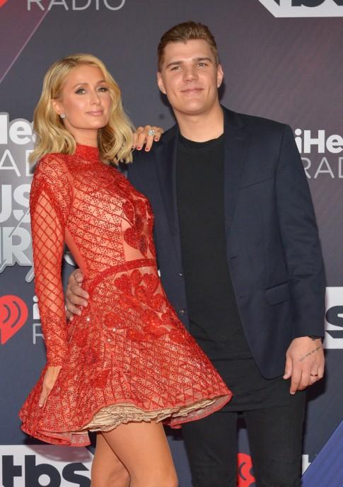 Thảm đỏ iHeartRadio Music: Paris Hilton và chồng sắp cưới tình tứ, dàn sao ồ ạt diện đồ hở ngực xẻ đùi
