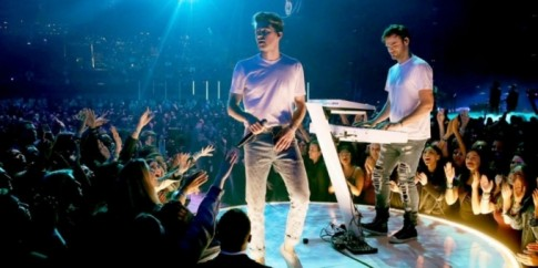 The Chainsmokers chỉ mặc mỗi áo thun nhưng cứ hễ xuất hiện là đám đông 'bùng nổ'