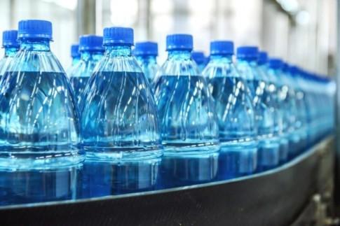 Tổ chức Y tế Thế giới cảnh báo: 93% nước đóng chai bày bán trên thị trường chứa hạt nhựa siêu nhỏ