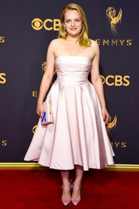 Tỏa sáng tại Emmy 2017 nhưng hoa tai của Elisabeth lại gây sốc khi lộ ảnh phác thảo xấu xí