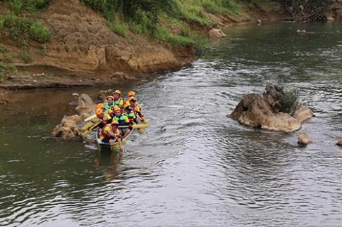 100 người thử thách băng sông, vượt núi ở Quảng Bình