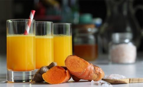 5 lý do bạn lên uống nước ấm pha nghệ hàng ngày