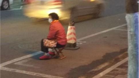 Bức xúc: Con bắt mẹ già ngồi giữ chỗ đỗ xe giữa mùa đông