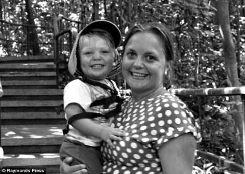 Cậu bé 2 tuổi ngồi ôm xác mẹ trong suốt 24 giờ