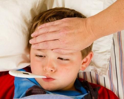 Cha mẹ tuyệt đối đừng làm điều này khi trẻ bị sốt