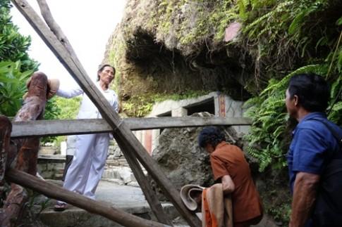 Du khách vượt rào chắn để vào khu núi lở ở Lý Sơn