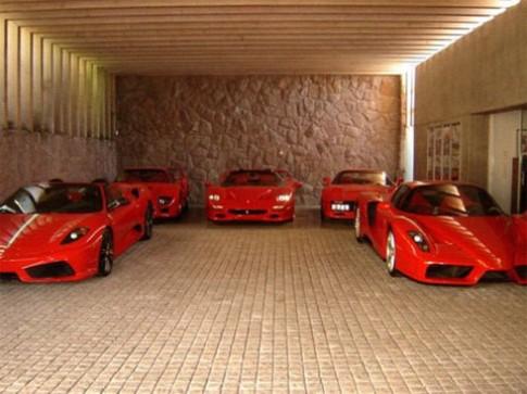 Garage toàn siêu xe màu đỏ