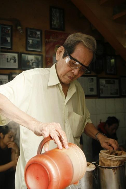 Hai quán cà phê vỉa hè Sài Gòn đắt khách hàng chục năm
