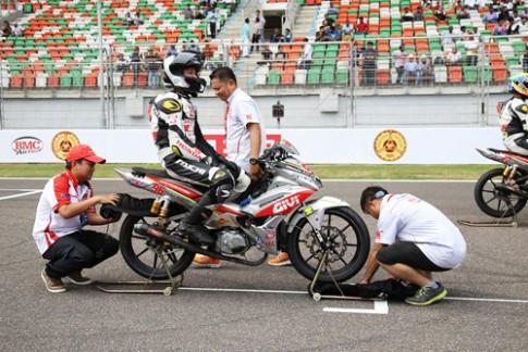 Hai tay đua Việt trình diễn trên đất Ấn