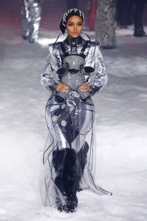 Halima Aden làm mẫu trên sàn diễn và tạp chí