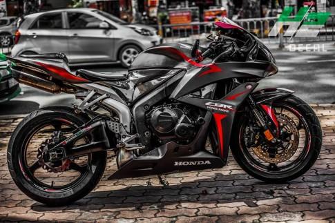 Honda CBR600RR mạnh mẽ với bộ áo nhôm xước ấn tượng.