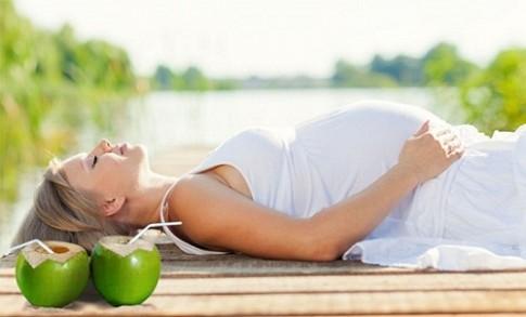 Mẹ bầu nên uống nước dừa vào thời điểm nào là tốt nhất?