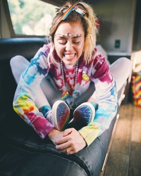 Miley Cyrus khoe BST giày Converse lục sắc cho 'Tháng Tự hào' của cộng đồng LGBT