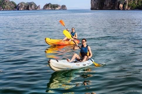 Mở lại dịch vụ chèo thuyền kayak trên vịnh Hạ Long từ tháng 5