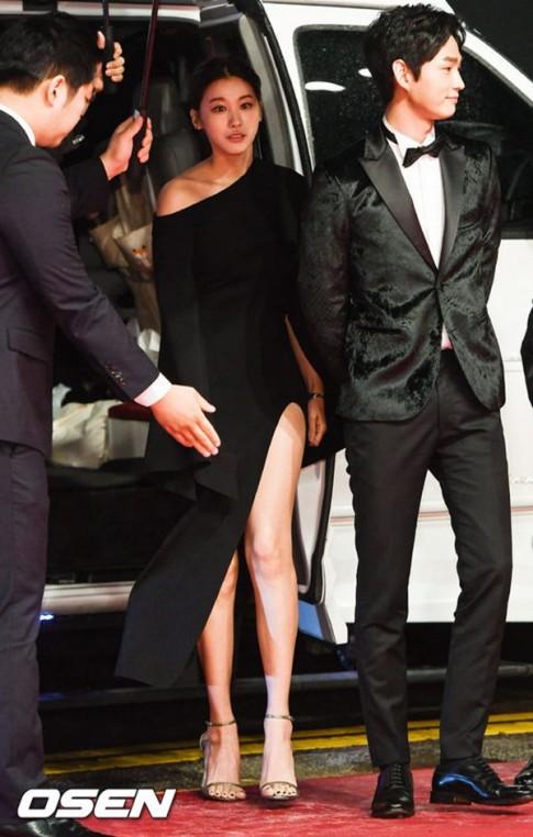 Ngọc nữ Hàn gây thót tim vì lỡ diện váy khoét quá hiểm trước đám đông