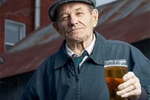 Người cao tuổi nên giảm uống rượu vì các vấn đề sức khỏe