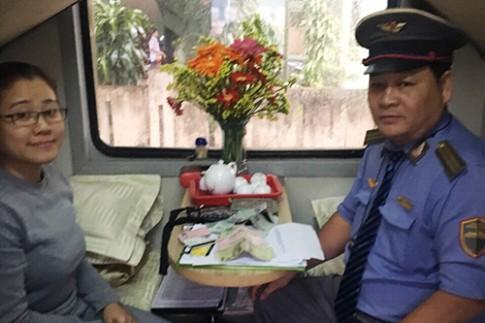 Nhân viên đường sắt trả lại ví bỏ quên cho khách Anh