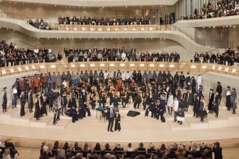 Ông trùm đế chế Chanel Karl Lagerfeld ra mắt Chanel's Métiers d'Art shows tại Hamburg, Đức