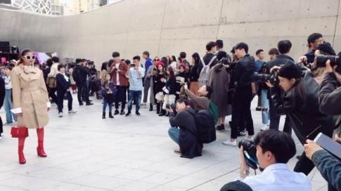 Phạm Hương khoe street style giữa 'vòng vây' máy ảnh ở Seoul Fashion Week