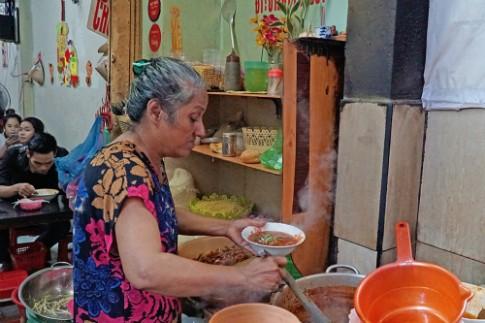 Quán bò kho đông khách của chủ gốc Ấn trong hẻm Sài Gòn