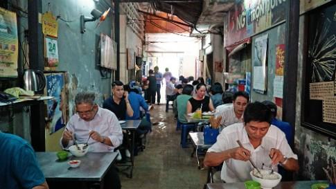 Quán bún thịt nướng hơn nửa thế kỷ dưới gầm chung cư Sài Gòn