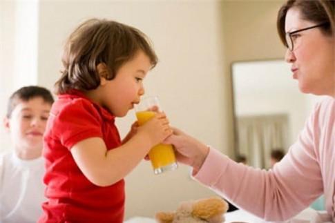 Sai lầm của mẹ khi cho con uống nước ép hoa quả