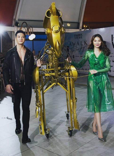 Thanh Hằng, Hoàng Thùy làm vedette show diễn trên núi