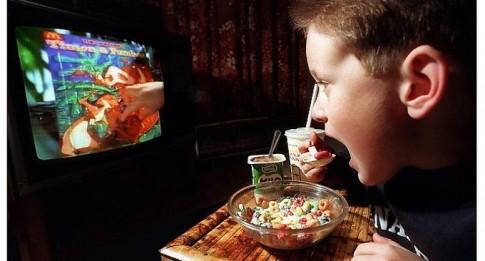 Thói quen ăn uống tai hại cha mẹ vô tình tập cho con