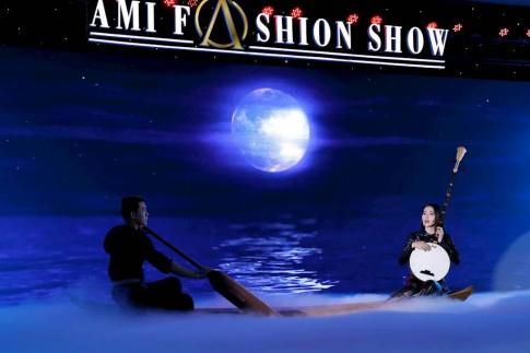 Trương Thị May mang cả cánh đồng sen lên sàn diễn, cùng Nam Em hát 'Dạ cổ hoài lang'