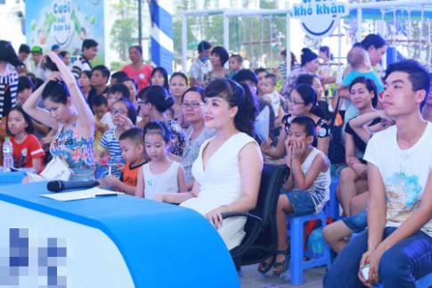 Vân Dung cười tít mắt đi làm giám khảo cho trẻ em