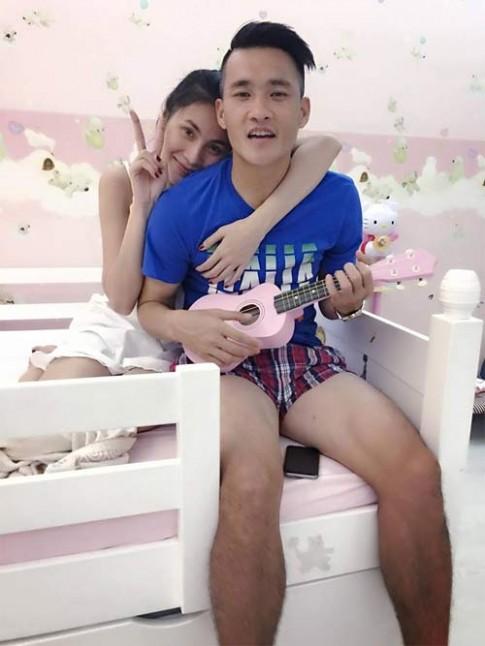 Vợ chồng Công Vinh - Thủy Tiên tình cảm bên nhau khi được con gái chụp hình