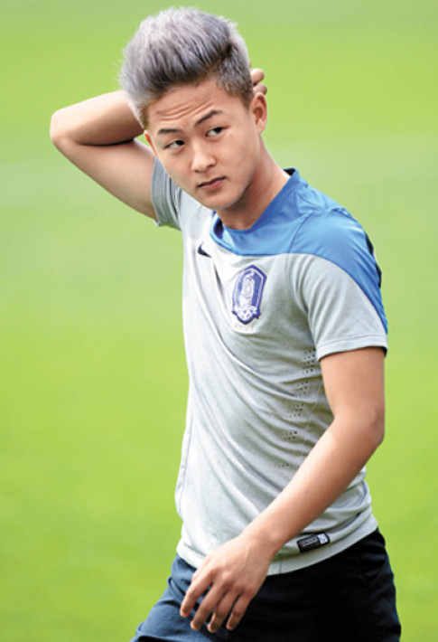 Gu mặc tối giản của 'Messi Hàn' Lee Seung Woo