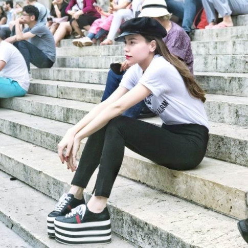 Mang giày cao tận 20cm, Hà Hồ khiến fan thảng thốt: 'Chị mang đôi này thì cao 2 mét ư?'