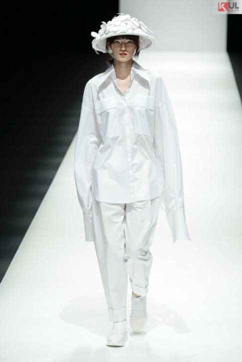 """Ngắm trọn vẹn khoảnh khắc BST """"Em Hoa"""" của NTK Nguyễn Công Trí tại Tokyo Fashion Week"""