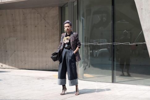 Seoul Fashion Week 2017: Phí Phương Anh 'men-lỳ' với set đồ 400 triệu, Hoàng Ku diện áo lông to hơn cả Sơn Tùng