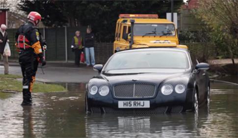 Bentley Continental GT thành đồ bỏ vì ngập nước