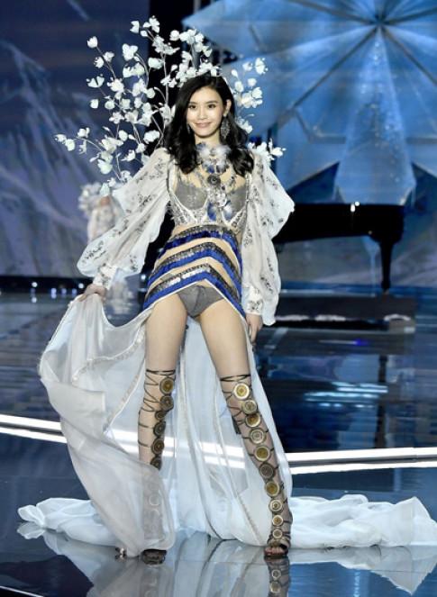 Chân dài Trung Quốc gây tranh cãi vì diễn show Victoria's Secret