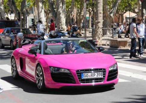 Nguoi dep lai sieu xe Audi R8 hong
