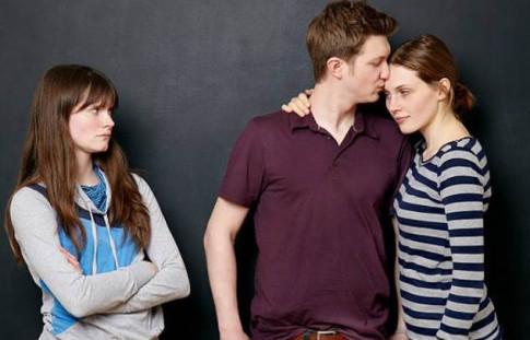 Phải làm gì khi người thứ 3 là vợ cũ của chồng?