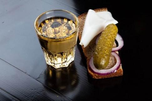 Vì sao người Nga ngày càng uống rượu và hút thuốc lá ít đi?