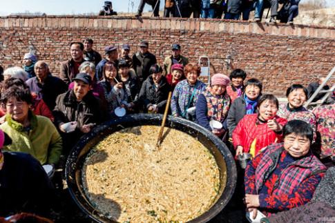 2.000 người ăn nồi mì khổng lồ ở Trung Quốc