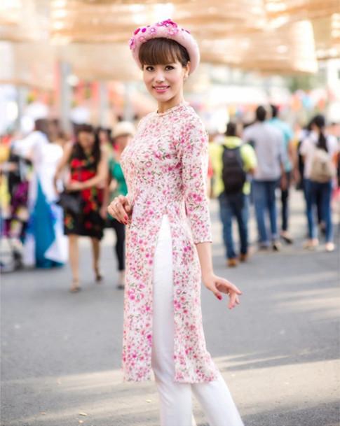 Á hậu Băng Châu mặc áo dài rực rỡ đi du Xuân