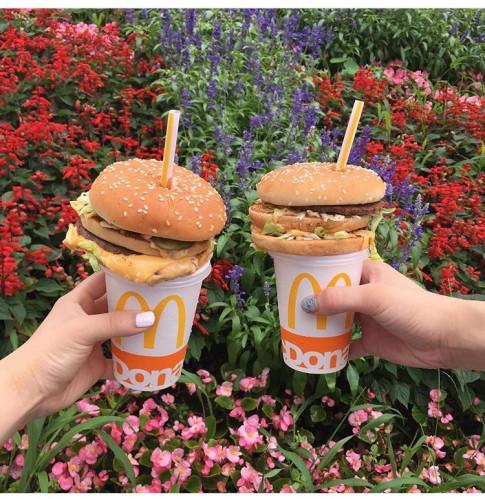 Bị cho là mất vệ sinh, teen Nhật vẫn phát cuồng với trào lưu ăn hamburger kiểu mới này