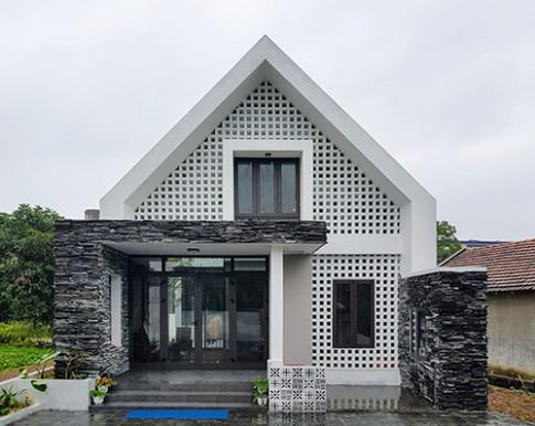 Chẳng ai ngờ giữa làng quê lại có căn nhà độc đáo như thế này