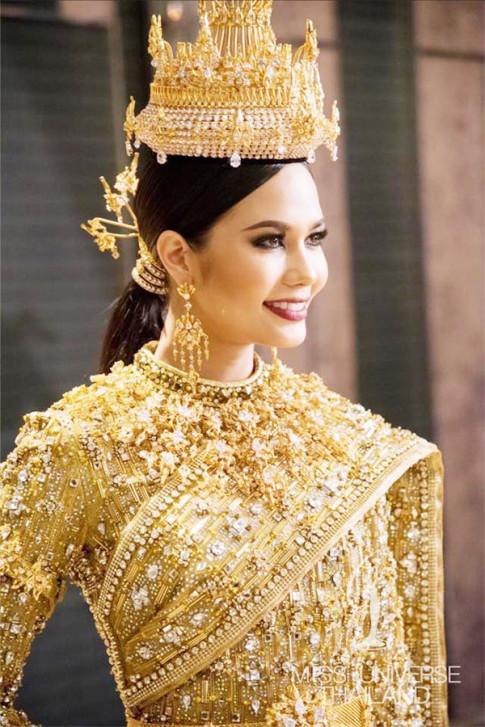 Choáng váng vì váy đính 300.000 viên kim cương của Hoa hậu Hoàn vũ Thái Lan