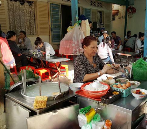 """Dù đắt, món mì tôm muối ớt vẫn """"sốt xình xịch"""" tại Sài Gòn"""