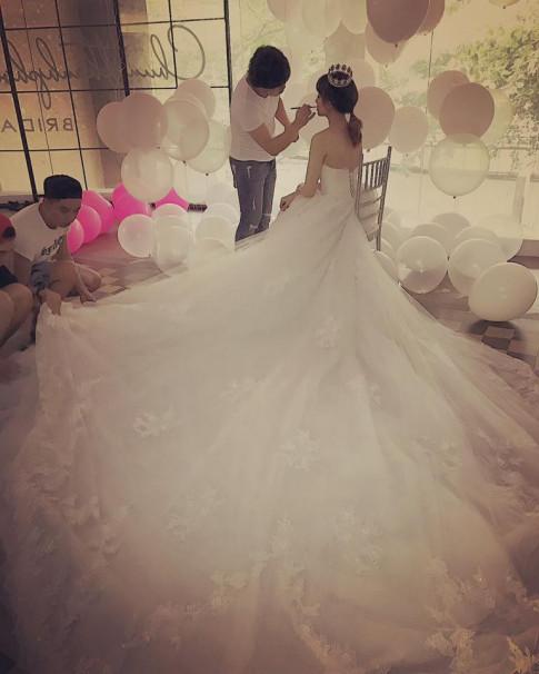 Hari Won khiến fan phát sốt vì được Trấn Thành tặng đến hai chiếc váy cưới cực đắt